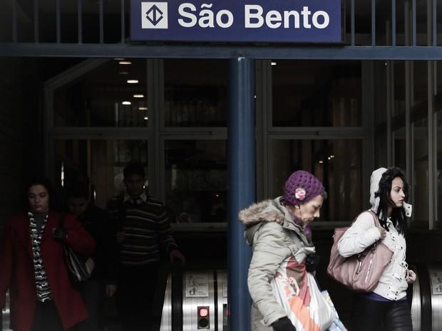 Paulistanos se deparam com ar frio da rua ao sair do metrô São Bento, no centro da cidade (Foto: Caio Kenji/G1)
