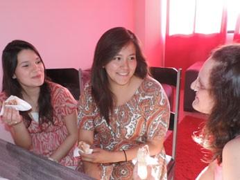 Mexicana prova bolo de rolo entre as estudantes brasileiras (Foto: Luna Markman/ G1)