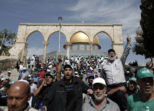 Palestinos fazem protesto do lado de fora da mesquita Al-Aqsa nesta quarta-feira (8) (Foto: Ahmad Gharabli/AFP)