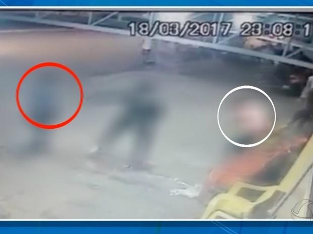 Câmeras de segurança registraram momento em que adolescente foi baleado (Foto: Reprodução/TV Morena)