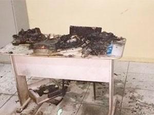 Móveis foram atingidos por incêndio em escola (Foto: Divulgação/ PM)