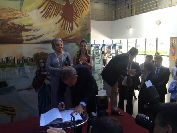 Iris Rezende assinou documento no Paço Municipal, em Goiânia, Goiás. (Foto: Vitor Santana/G1)