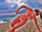 De biquíni, ex-BBB Adriana aparece tentando se equilibrar na praia