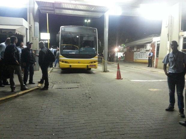 Rodoviários da Carris não saíram da garagem no começo da manhã em Porto Alegre (Foto: Paulo Ledur/RBS TV)