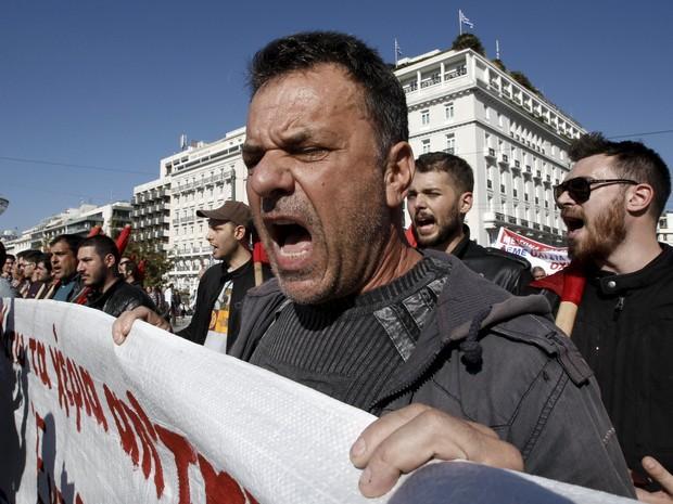 Manifestantes afiliados ao partido comunista PAME fazem protesto nesta quinta-feira (12) contra medidas de austeridade (Foto: Michalis Karagiannis/Reuters)