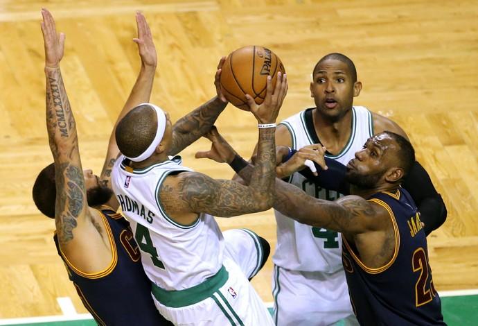 Cleveland Cavaliers, de LeBron James, e Boston Celtics, de Isaiah Thomas, duelam (Foto: Getty Images)