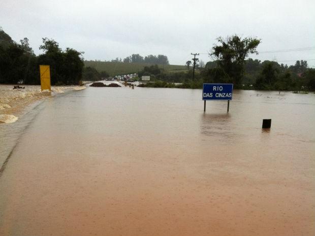 A PR-436, entre os municípios de Bandeirantes e Itambaracá, está alagada. A ponte sobre o Rio das Cinzas foi interditada pelas autoridades. (Foto: Vinícius Osssvski Richter )