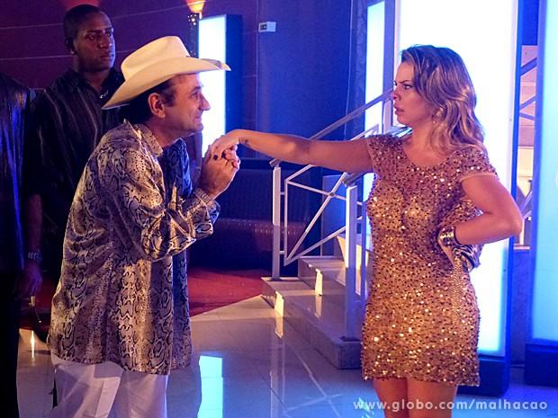 Rei do Rum admira Bernardete e beija sua mão (Foto: Malhação / TV Globo)