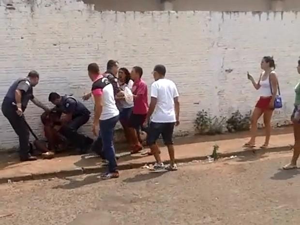 Abordagem da polícia acabou em agressão em Birigui (Foto: VC no G1)