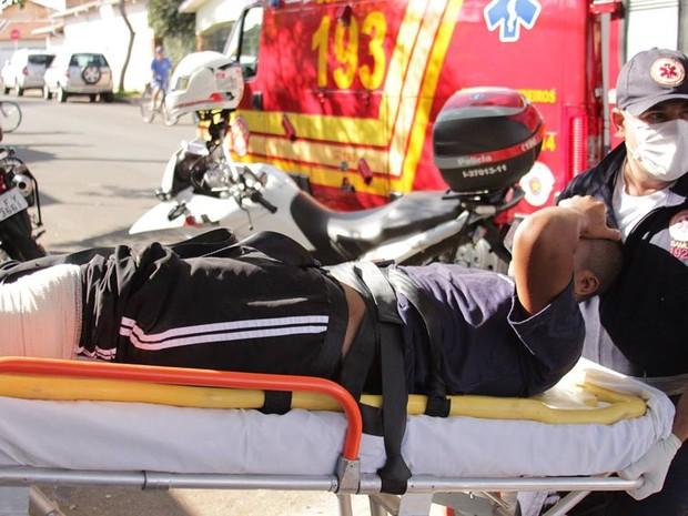 Suspeito de assalto é socorrido após ser baleado pela vítima em Rio Claro (Foto: Vitor Liasch/Arquivo Pessoal)