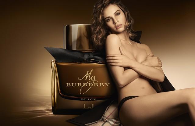 """Lily Jones na campanha do perfume """"My Burberry Black"""" (Foto: Divulgação)"""