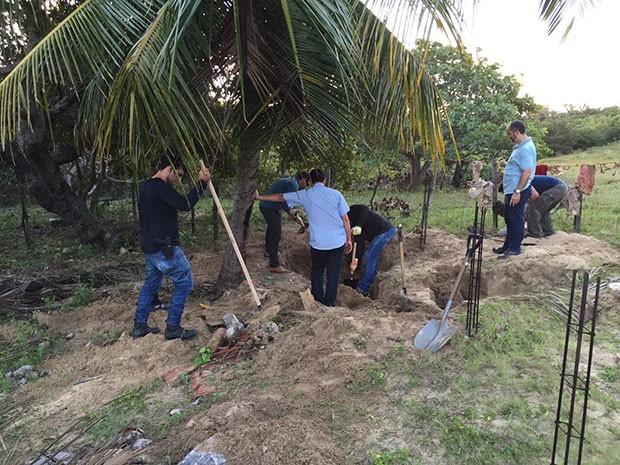 Polícia Civil encontrou roupas enterradas em Jenipabu, na Grande Natal (Foto: Divulgação/Polícia Civil do RN)