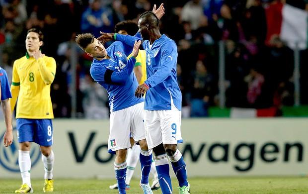 Balotelli comemora gol da Itália  El Shaarawy (Foto: AP)