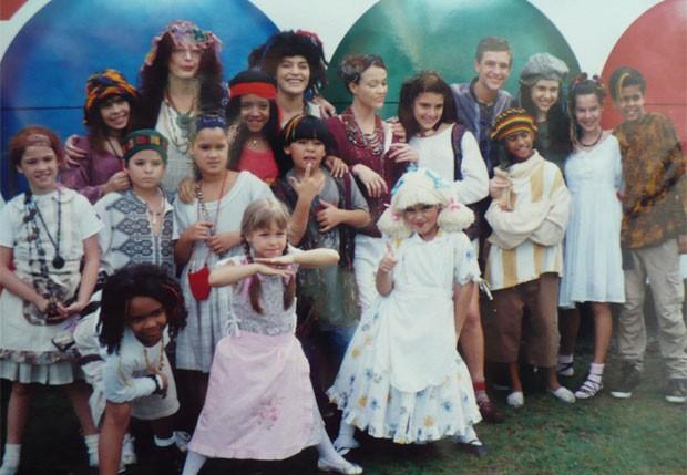 """Com o elenco de """"Chiquititas"""" durante a gravação do clipe """"Brinquedo pra Montar"""", faixa do segundo CD, lançado em 1998 (Foto: Reprodução)"""