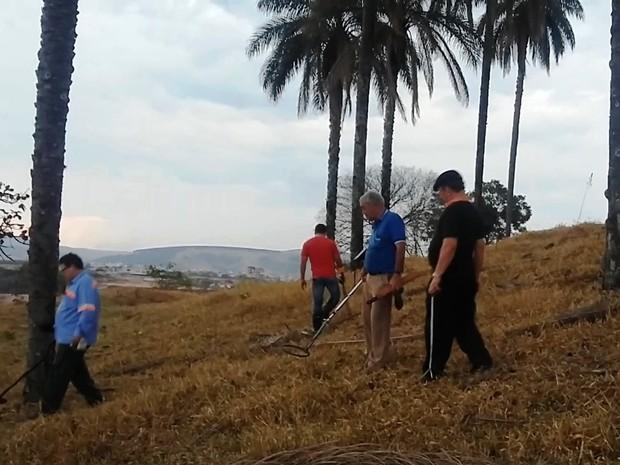 Grupo usa detectores de metal em caça a tacho cheio de ouro (Foto: Vandeir Santos/Arquivo pessoal)