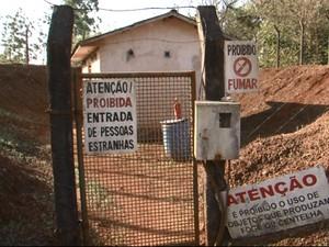 Ladrões cortaram cercas e arrombaram seis portas para encontrar os explosivos. (Foto: RPC TV/Reprodução)