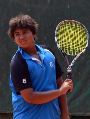 O tenista Lucas Cruz, de São José dos Campos, em treino no Clube de Campo Santa Rita (Foto: Danilo Sardinha/Globoesporte.com)