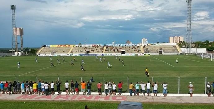 Lance entre Corumbaense e Ivinhema no estádio Arthur Marinho (Foto: Divulgação/Corumbaense)