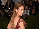 Uau! Jennifer Lopez exibe parte do bumbum em baile de gala nos EUA