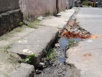 Prefeitura tem que manter bueiros limpos para evitar alagamentos (Foto: Luna Markman/ G1)