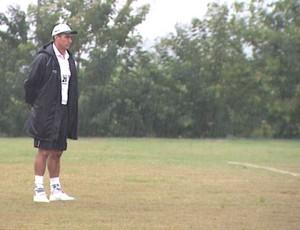 Paulo Cezar Catanoce observa treino do Comercial sob chuva (Foto: Reprodução EPTV)