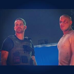 Paul Walker e Vin Diesel em cena do filme 'Velozes e furiosos 7' (Foto: Instagram/ Reprodução)