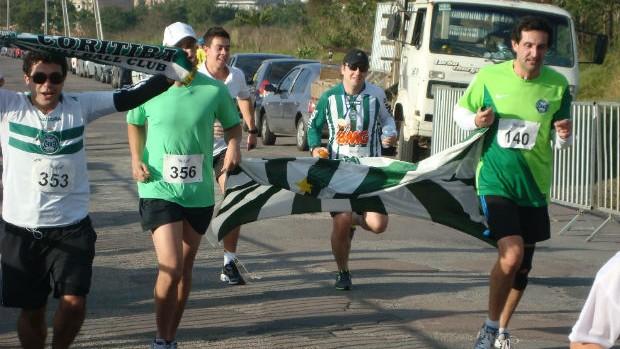 Coxa Runners na linha de chegada do Circuito da Paz, em Curitiba, com bandeira do Coritiba (Foto: Gabriel Hamilko / GloboEsporte.com)