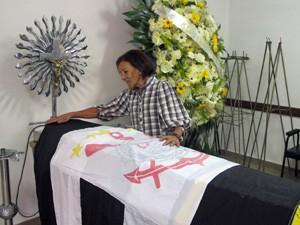 Nilza Socorro despede-se do marido em velório (Foto: Graziela Salomão/G1)