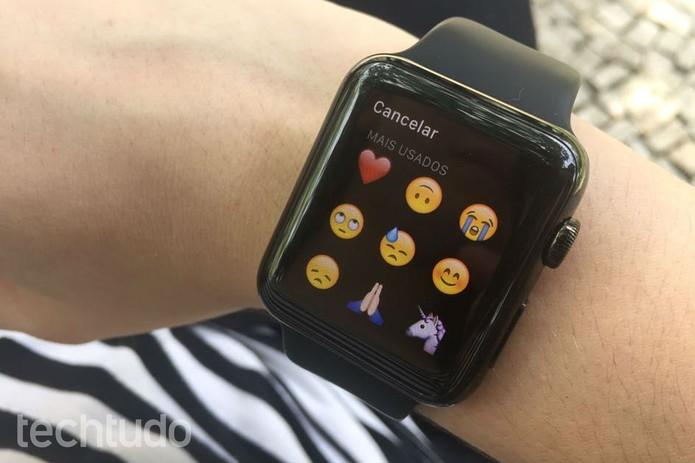 """Clique no ícone de """"carinha"""" para enviar um emoji (Foto: Lucas Mendes/TechTudo)"""