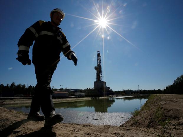 Trabalhador caminha por campo de petróleo na cidade de Nefteyugansk, na Rússia (Foto: Reuters/Sergei Karpukhin)