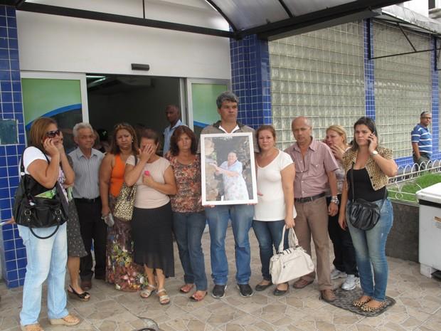 Netos e filhos pedem por 'Justiça' na porta da unidade de saúde (Foto: Renata Soares/G1)