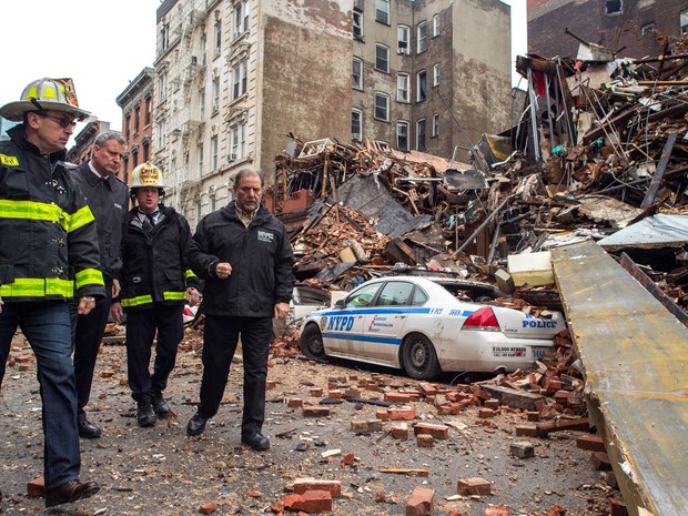 O prefeito de Nova York, Bill de Blasio, visita o local onde um prédio desabou após explosão no bairro East Village, no distrito de Manhattan (Foto: Rob Bennett/Mayoral Photography Office)