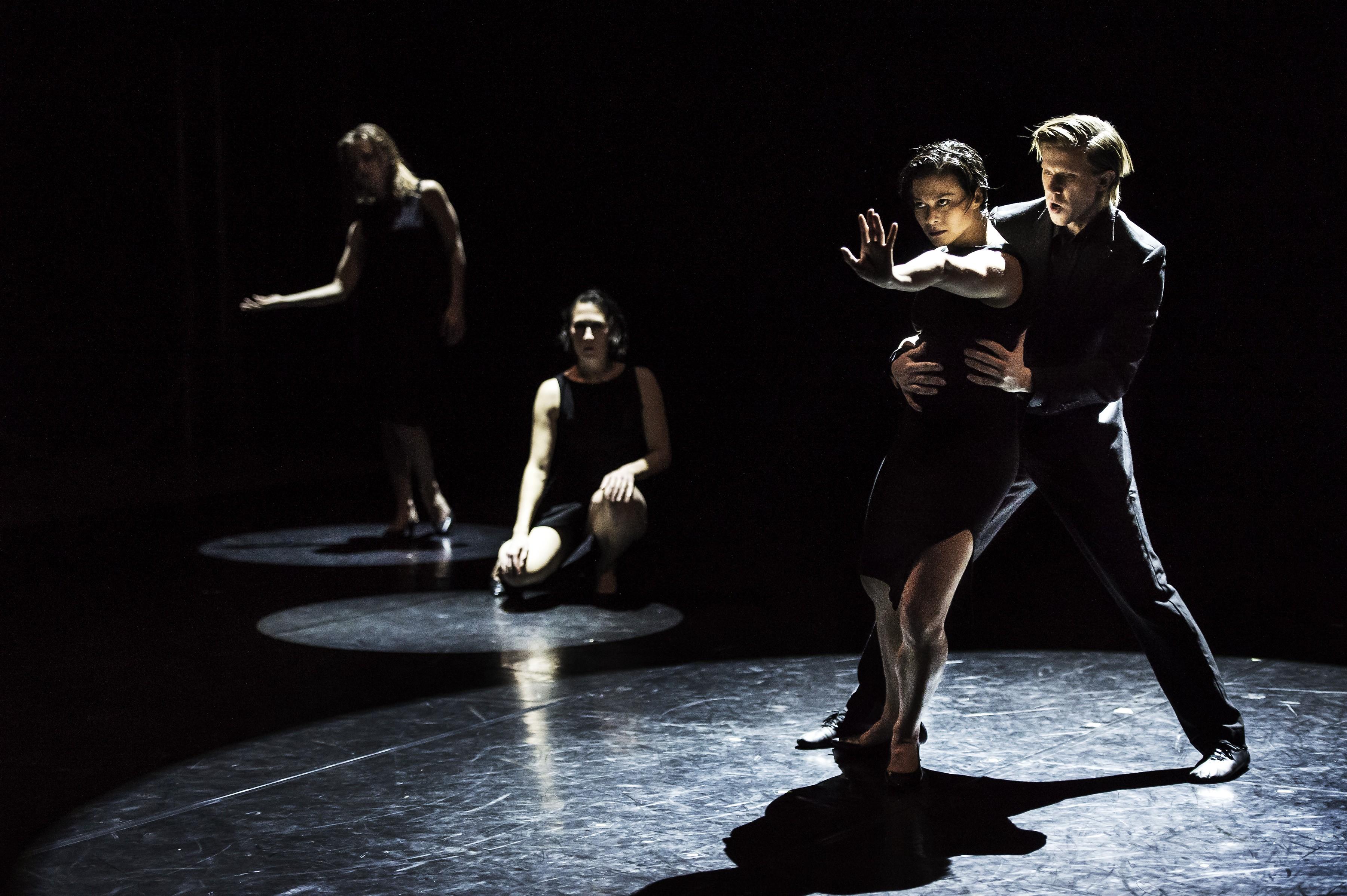 """Cena de """"11th Floor"""", da companhia sueca Cullberg Ballet (Foto: Divulgação)"""