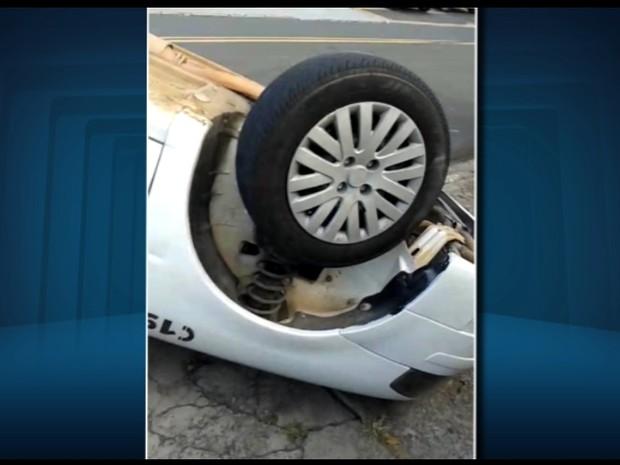 Viatura ficou com as rodas para o lado de cima. Uma policial ficou ferida.  (Foto: Reprodução EPTV)