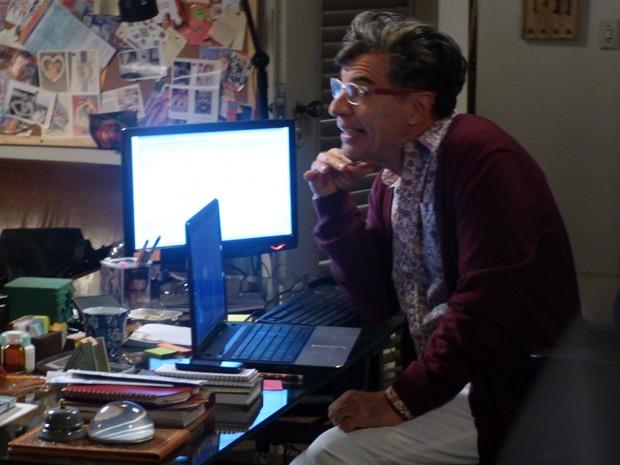 Téo recebe as fotos de um dos convidados e publica tudo em seu blog (Foto: Império / TV Globo)