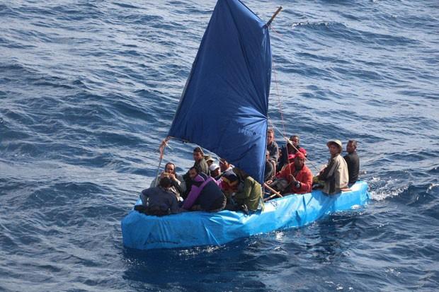 Foto de 1º de janeiro mostra 24 imigrantes cubanos nas águas de Key West, na Flórida (Foto: U.S. Coast Guard/AP)