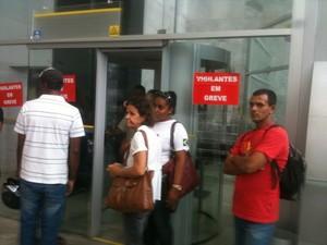 Greve dos vigilantes atingiu 21 agências no centro de Maceió (Foto: Henrique Pereira/ G1)
