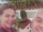 Grávida, Ana Hickmann cuida de seu orquidário com o marido