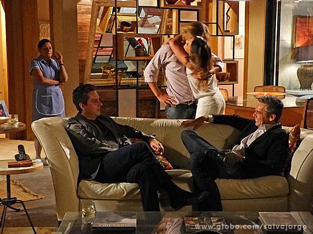 Stenio fica em choque ao descobrir que vai virar vovô (Foto: Salve Jorge/TV Globo)
