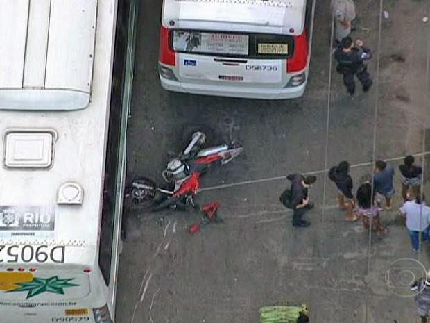 Motocicleta ficou destruída após acidente com ônibus (Foto: Reprodução/TV Globo)