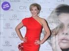 Look do dia: aos 48, Claudia Raia usa vestido vermelho justo em evento