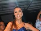 De vestidinho curto, Sabrina Sato mostra samba no pé na Vila Isabel