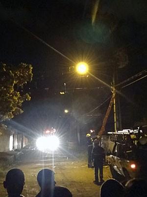Celpe restabelece luz em localidade atingida por incêndio, em Olinda (Foto: Katherine Coutinho / G1)