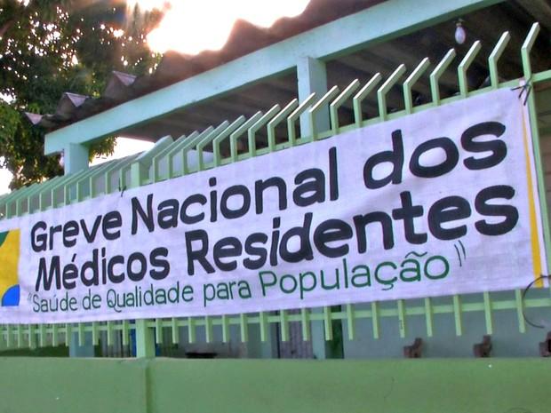 Faixa foi colocada em frente ao Hospital Júlio Müller para informar sobre a greve (Foto: Reprodução/TVCA)