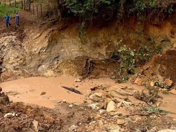 Chuva abre cratera em Água Doce do Norte, no ES (Foto: Reprodução/ TV Gazeta)