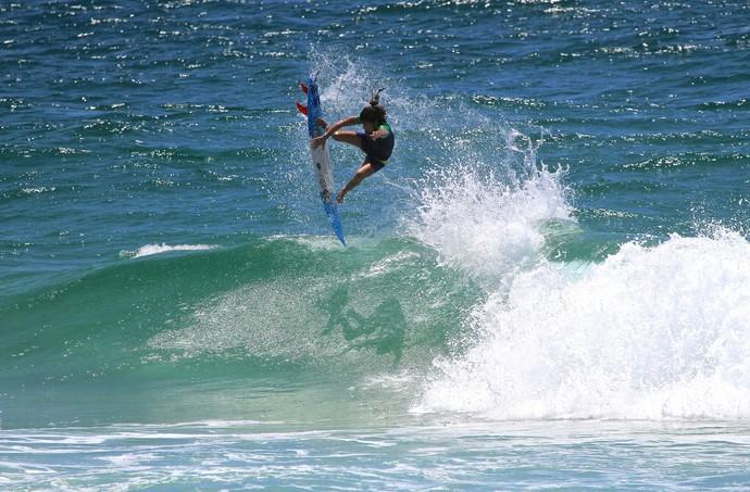 Silvana Lima arrisca aéreo durante Expression Session em Gold Coast Surfe (Foto: Aires Nicolay)