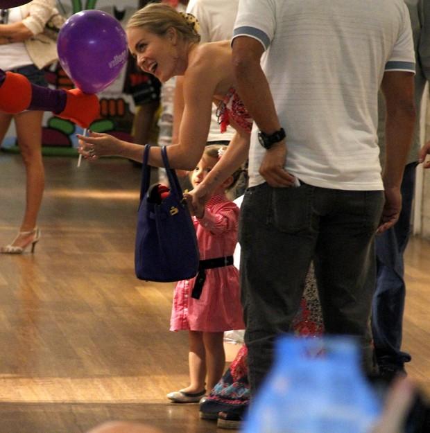 Angélica leva Eva ao shopping (Foto: Johsson Parraguez/ PhotoRionews)