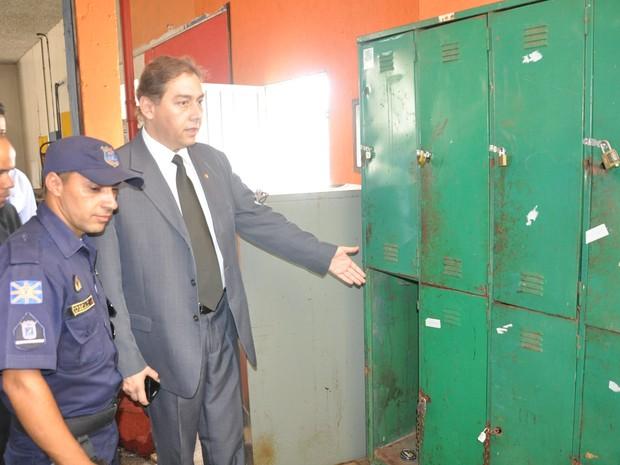Bernal verifica problemas nas instalações do prédio da Guarda Municipal (Foto: Hélder Rafael/G1 MS)