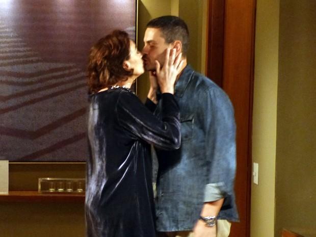 Marta até beija o rival do marido (Foto: Gshow)