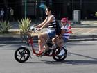 Rafaela Mandelli leva a filha na garupa em passeio de bicicleta